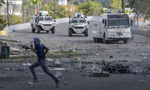 Xe bọc thép của lực lượng an ninh Venezuela tại Caracas hôm 1/5. Ảnh: AFP.