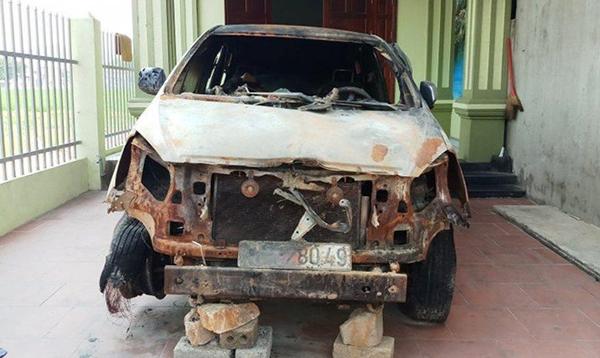 Chiếc ôtô cháy rụi sau vụ phóng hoả. Ảnh: Lam Sơn.