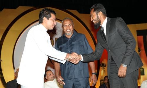 Inshaf (phải) và bố mình, Mohamed (giữa) nhận giải thưởng từ bộ trưởng Sri Lanka. Ảnh: Facebook.