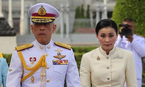 Quốc vương Maha Vajiralongkorn và Hoàng hậu Suthida tại Bangkok ngày 2/5. Ảnh: Reuters.