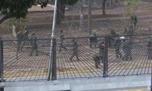 Binh sĩ Venezuela sửa chữa căn cứ bị người biểu tình đốt phá