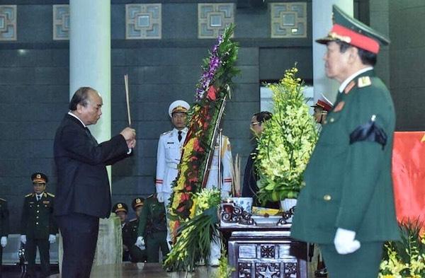Thủ tướng Nguyễn Xuân Phúc thắp hương tại lễ viếng. Ảnh: Giang Huy