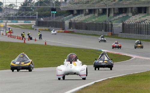 Xe của đội Đại học Lạc Hồng (màu trắng) trong cuộc thi ở Malaysia hôm 1/5.
