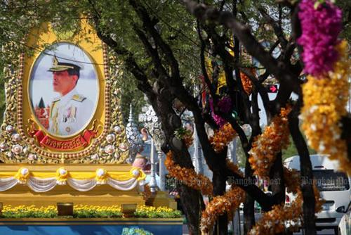 Đại lộ Ratchadamnoen ở thủ đô Bangkok được trang hoàng chuẩn bị cho lễ đăng quang của nhà vua. Ảnh: Bangkok Post
