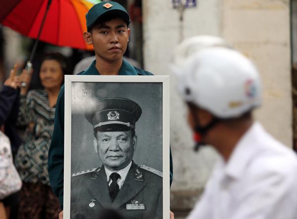 Dân quân cầm di ảnh Đại tướng Lê Đức Anh tại trước nhà riêng của ông, trên đường Pasteur. Ảnh: Thành Nguyễn.