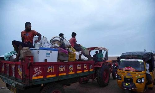 Người dân thị xã Konark, quận Puri, bang Odisha sơ tán hôm 2/5 trước khi bão đến. Ảnh: Reuters.