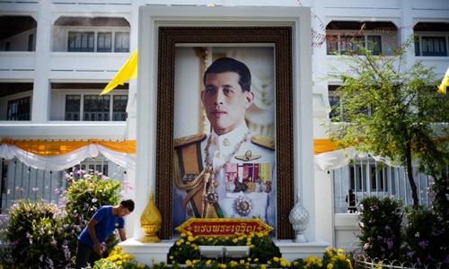 Ảnh chân dungVua Maha Vajirusongkorn gần Đại Hoàng cung ở Bangkok trước lễ đăng quang ngày 4-6/5. Ảnh: AFP.