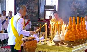 Quốc vương Thái Lan bái Phật trước khi đăng quang