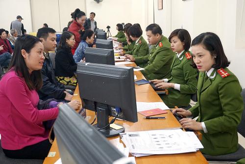Người dân Hà Nội làm thủ tục cấp thẻ căn cước công dân ở trụ sở Công an TP. Ảnh: Giang Huy