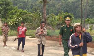 Súng tự chế nòng dài 2 m được người dân giao nộp ở Quảng Bình
