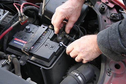 Nên vệ sinh các điện cực trước khi nghĩ đến việc thay thế ắc quy. Ảnh: Driver knowledge
