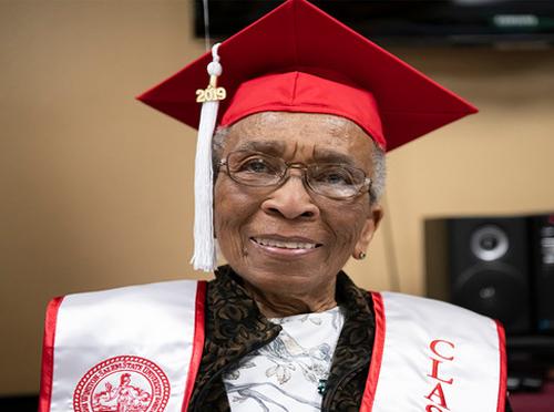 Sau 70 năm, cựu chiến binh Thế chiến 2, Elizabeth Barker Johnson đã hoàn thành ước mơ tốt nghiệp đại học. Ảnh: WSSU