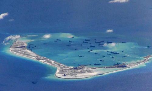 Tàu nạo vét Trung Quốc tại khu vực biển xung quanh đá Vành Khăn thuộc quần đảo Trường Sa của Việt Nam. Ảnh: Reuters.