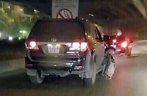 Xe ôtô gây tai nạn gắn biển xanh, phần đầu bên phải bị vỡ tan. Ảnh: Hưng Nguyên