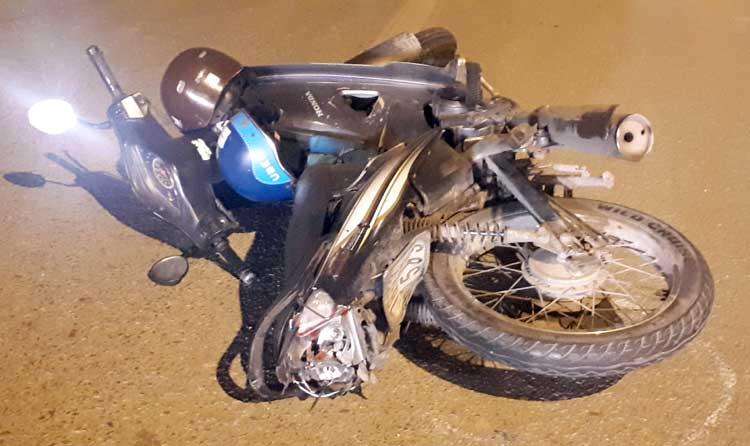 Chiếc xe máy của nạn nhân bị hư hỏng nặng và bắn văng hơn 20m sau tai nạn. Ảnh: Phương Sơn