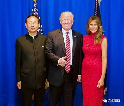 Ông Zhao Tao chụp ảnh với tổng thống Mỹ Donald Trump và phu nhân năm 2017. Ảnh: New York Times