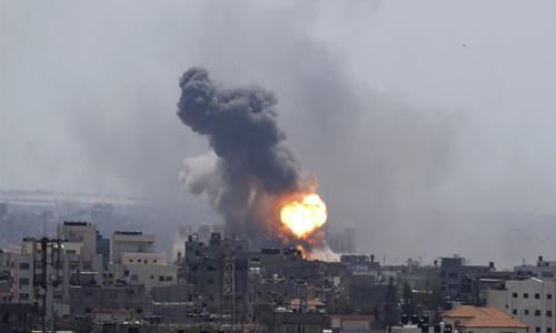 Khói lửa bốc lên từ một tòa nhà ở thành phố Gaza sau các cuộc không kích của Israel hôm 4/5. Ảnh: AP.