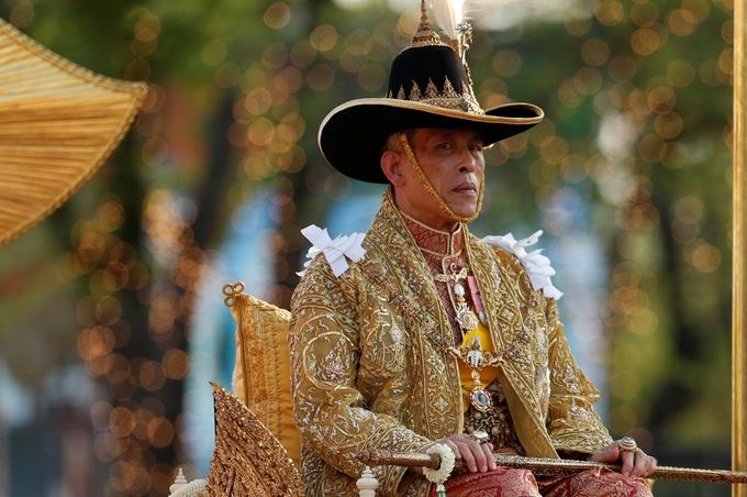 Lễ rước kiệu 16 người khiêng của tân vương Thái Lan