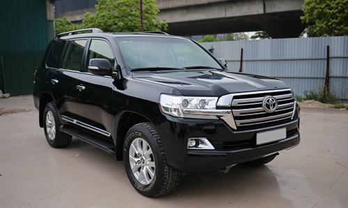 Toyota Land Cruiser đời 2016 rao bán tại một showroom ở Hà Nội.