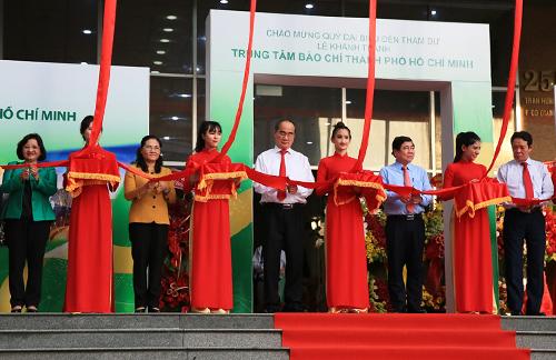 Thứ trưởng Bộ Thông tin - Truyền thông Hoàng Vĩnh Bảo cùng lãnh đạo TP HCM cắt băng khánh thành Trung tâm báo chí đầu tiên của cả nước. Ảnh: Hữu Công