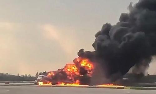 Chiếc phi cơ bốc cháy dữ dội sau khi hạ cánh. Ảnh: BBC.