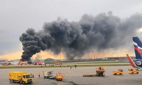 Cột khói bốc lên từ chiếc Sukhoi Superjet 100 bị cháy tại sân bay quốc tế Sheremetyevo, Nga hôm 5/5. Ảnh: Reuters