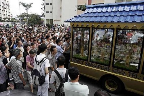 Nhiều người đến tiễn đưa nạn nhân.
