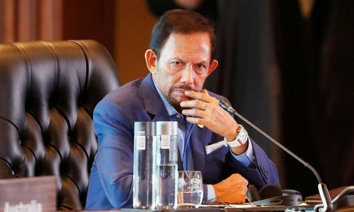 Quốc vương Brunei Hassanal Bolkiah thông báo hoãn thi hành án tử với người có quan hệ tình dục đồng giới. Ảnh: Reuters