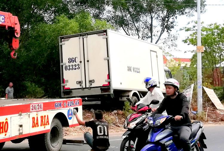 Ôtô tải lúc được kéo khỏi hiện trường. Ảnh: Trường Hà.