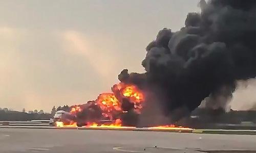 Chiếc SSJ-100 bốc cháy trên đường băng hôm 5/5.