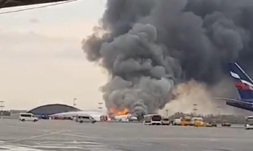 Chiếc Sukhoi Superjet SSJ-100 bốc cháy trên đường băng. Ảnh cắt từ video.