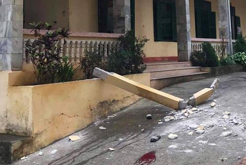 Cột bê tông ở tầng hai trường THCS thị trấn Đà Bắc rơi xuống đất, làm hai học sinh bị thương. Ảnh: Đ.B
