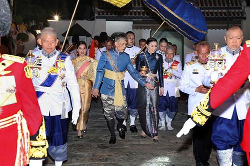 Quốc vươngThái Lan Maha Vajiralongkorn và Hoàng hậu Suthida buổi lễ cầu phúc diễn ra tại Cung Chakrabat Biman,