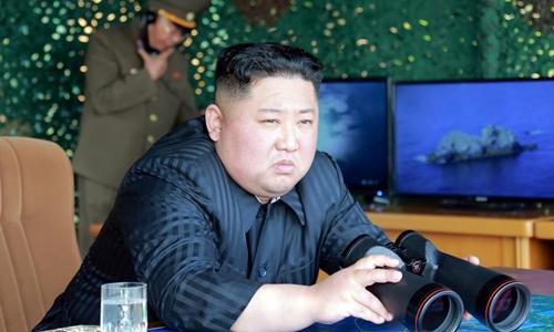 Lãnh đạo Triều Tiên Kim Jong-un giám sát vụ thử vũ khí ngày 4/5. Ảnh: KCNA.