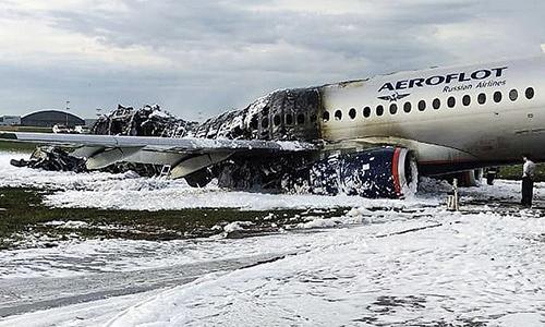 Chiếc máy bay của hãng hàng không Ngacháy rụi sau khi gặp sự cố hôm 5/5. Ảnh: AP