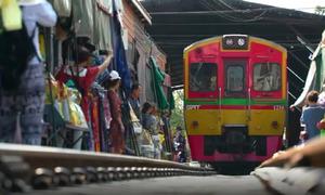 Khu chợ bao vây đường tàu ở Thái Lan