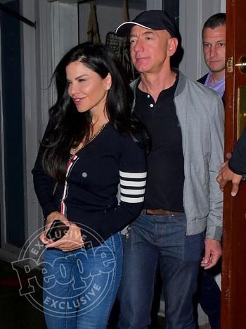 Jeff Bezos và Lauren Sanchez rời nhà hàng ở New York hôm 5/5. Ảnh: People.