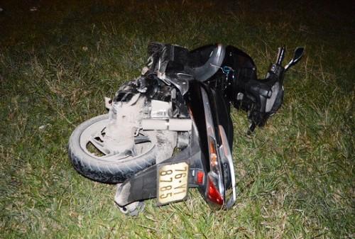 Xe máy ngã sau khi nạn nhân bị tạt axit. Ảnh: Thạch Thảo.
