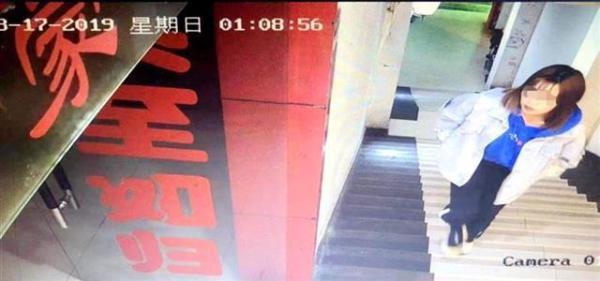 Camera quay lại cảnh Hiểu Nguyệt bước lên phòng Lý.