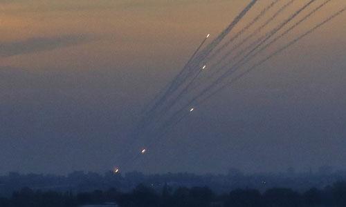 Loạt rocket do Hamas phóng lên từ Dải Gaza nhắm vào lãnh thổ Israel hôm 5/5. Ảnh: AP.