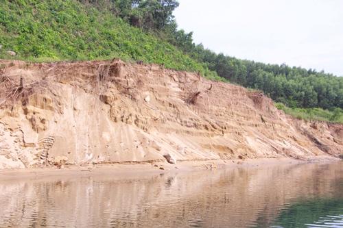 Nhiều điểm trên thượng nguồn sông Bồ bị sạt lở nghiêm trọng. Ảnh: Võ Thạnh