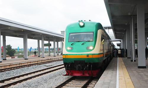 Một chuyến tàu dừng ở ga Abuja, Nigeria ngày 26/7/2016. Ảnh: Xinhua