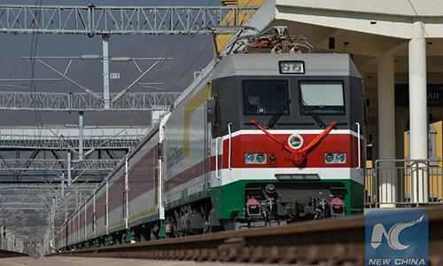 Một chuyến tàu vào ga Lebu ở Addis Ababa, thủ đô Ethiopia ngày 1/1/2018. Ảnh: Xinhua