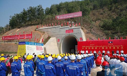 Lễ thông xe qua hầm Boten, bắcLào thuộc dự án đường sắt Trung Quốc-Lào ngày 21/3. Ảnh: Xinhua