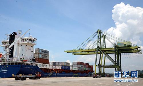 Tàu container ở cảng Muara ngày 17/4/2015. Ảnh: Xinhua