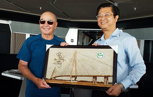 Đại diện lãnh đạo UBND TP Cần Thơ tặng quà lưu niệm cho tỷ phú Joe Lewis. Ảnh: Phạm Trung
