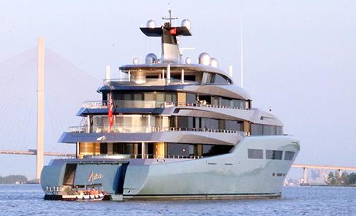 Siêu du thuyền Aviva neo đậu trên sông Hậu. Ảnh: Phạm Trung