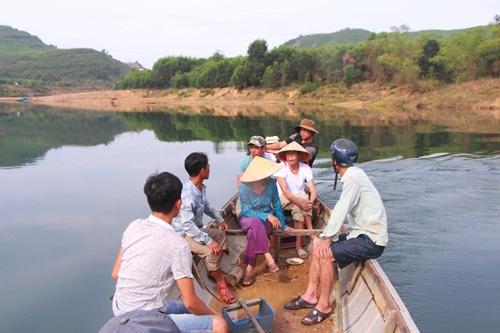 Nghe có tàu thuyền lên thượng nguồn sông Bồ khai thác cát, người tập trung lên truy đuổi ngăn cản. Ảnh: Võ Thạnh