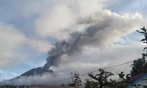 Núi lửa Sinabung trên đảo Sumatra, Indonesia phun trào hôm nay. Ảnh: Tribunnews.