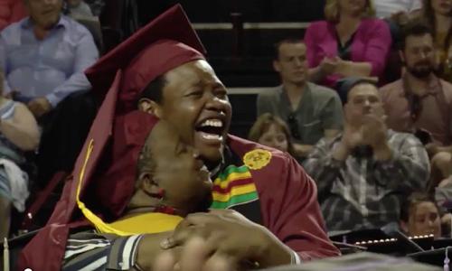 Mẹ con bà Sharonda trong lễ tốt nghiệp đôi đầy bất ngờ. Ảnh: Twitter